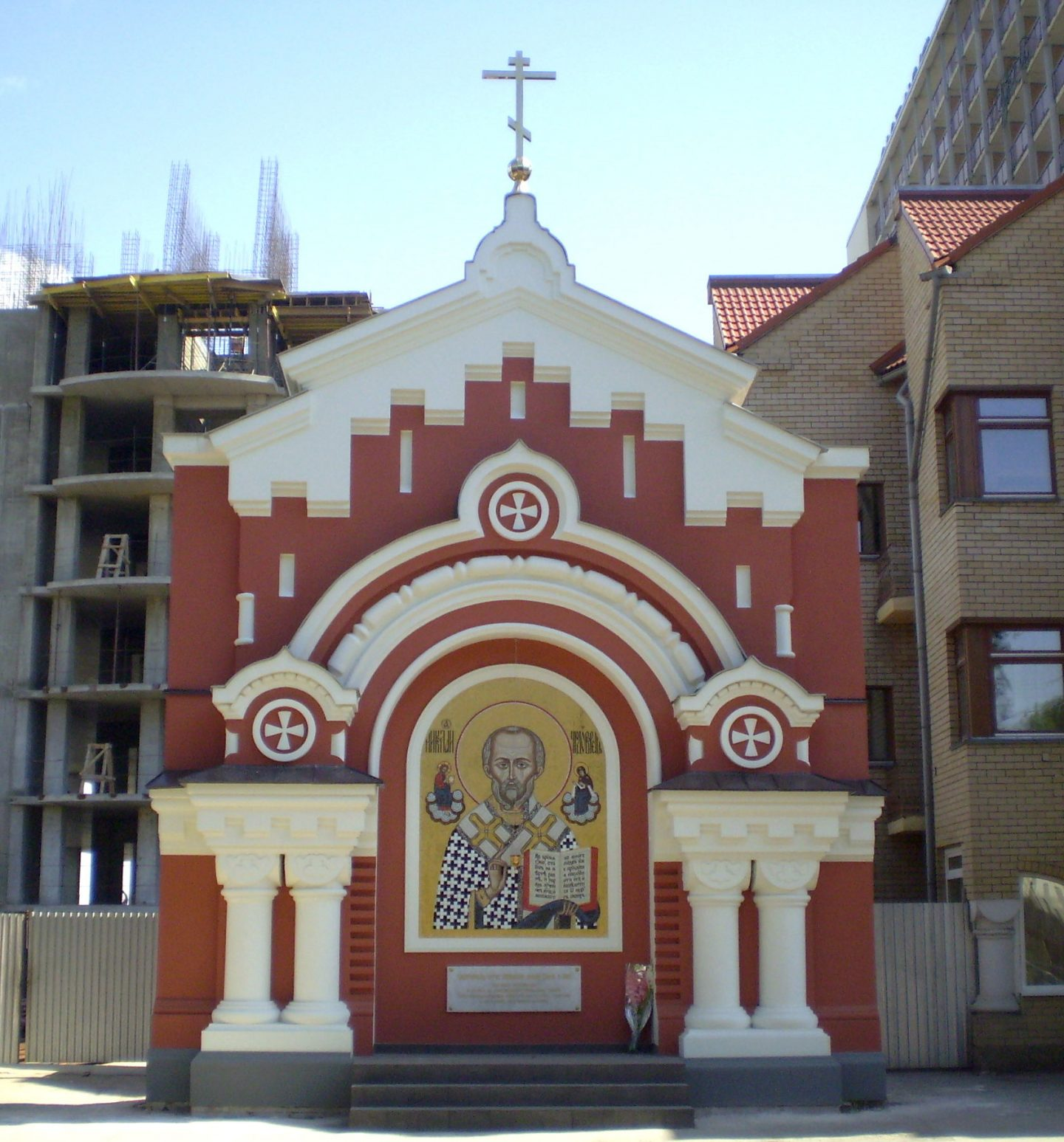 Никольские въездные ворота Крестовоздвиженского монастыря. Отреставрированы и освящены в 2008 году